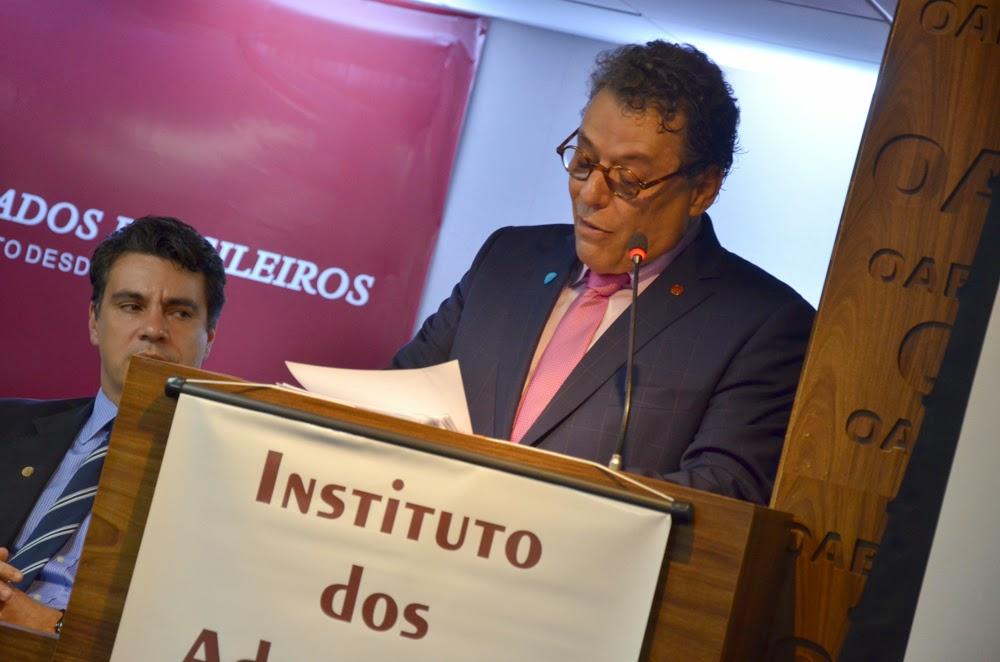 Emocionado, Técio Lins e Silva cita as dificuldades da advocacia durante os anos de chumbo da ditadura militar em seu discurso de posse como Presidente do IAB.