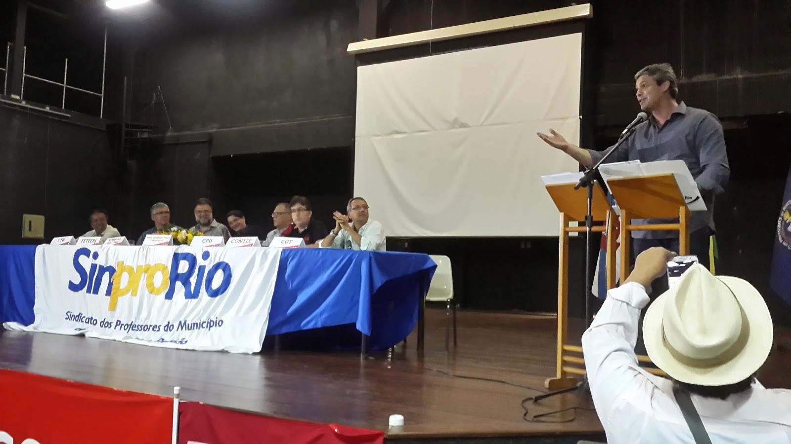 Lindberg Farias comparece à posse de nova diretoria do Sinpro-RJ em plena campanha ao Governo do Estado e prestigia professores