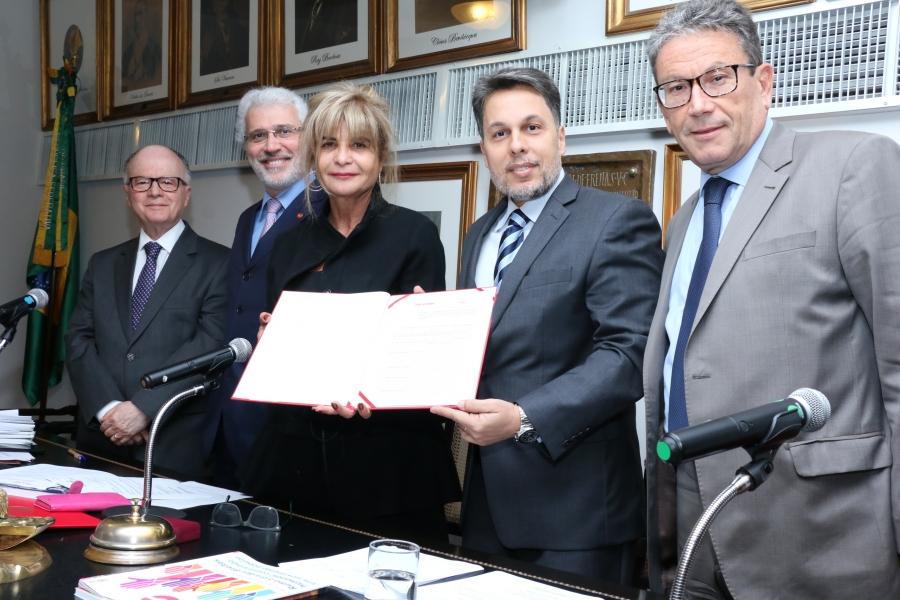 Representando o IAB, Rita Cortez assina Termo de Cooperação com Anacrim