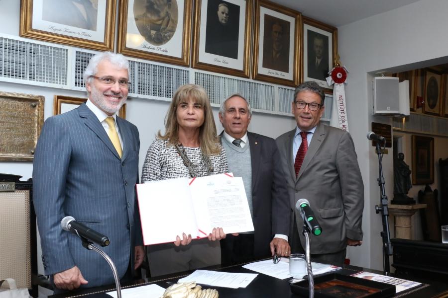 Representando o IAB, Rita Cortez assina Termo de Cooperação com a Associação Brasileira de Direito Educacional