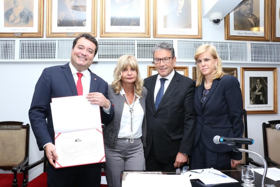 Rita Cortez empossa Presidente da Ajuferjes como membro honorário do IAB