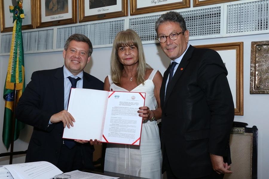 Parceria entre IAB e Federação Internacional Imobiliária é assinada por Rita Cortez