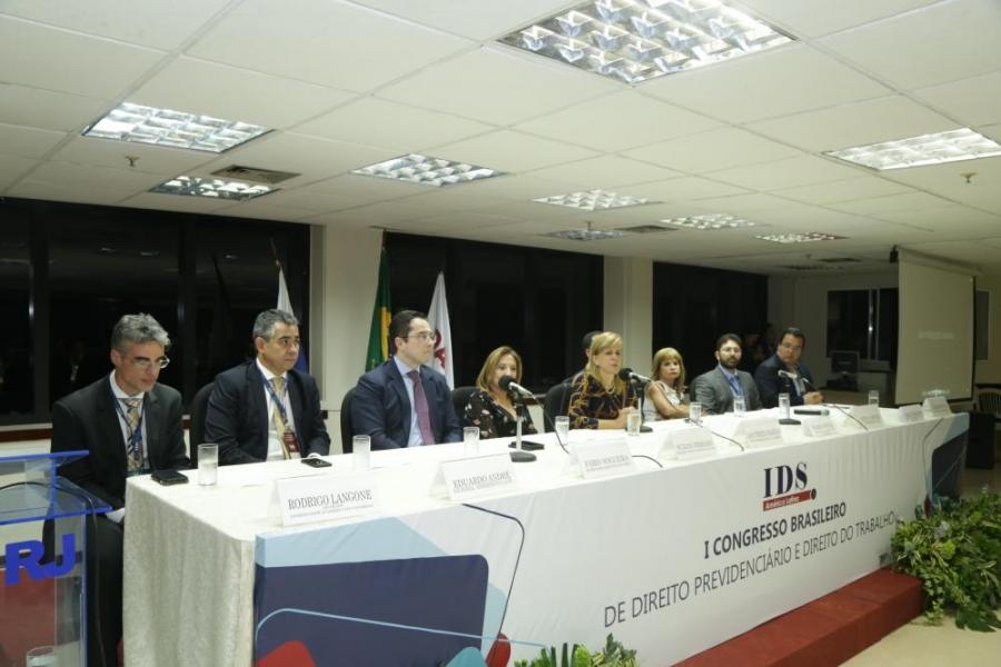 Rita Cortez afirma na OAB/RJ que 'as reformas estão desconstruindo o Estado social'