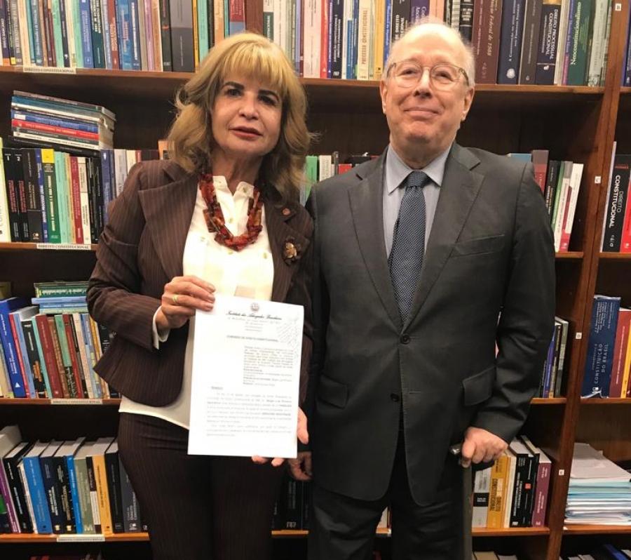 Rita Cortez entrega a Celso de Mello parecer contrário ao corte de 30% das verbas para universidades